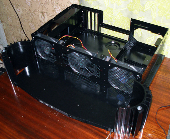 В передней панеле установлены три вентилятора