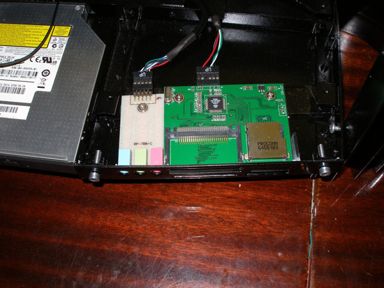 Установленный кардридер и выведенные аудио разъемы
