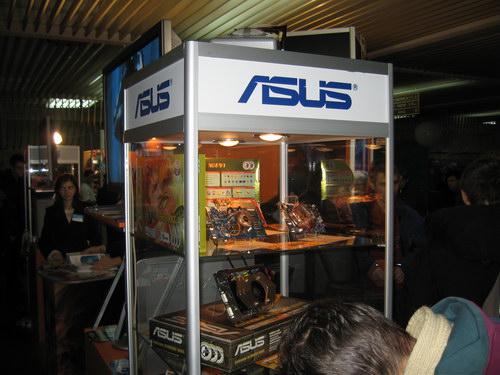 Стенд с видеокартами ASUS