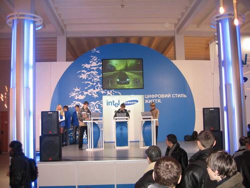 Стенд Intel с чемпионатом по играм Need For Speed и Juiced