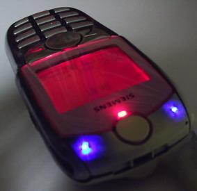 Верхняя часть телефона со включенной подсветкой