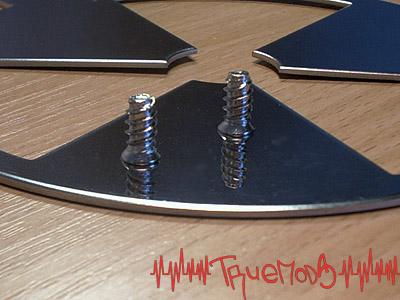 Отражение крепежного винта в решетке