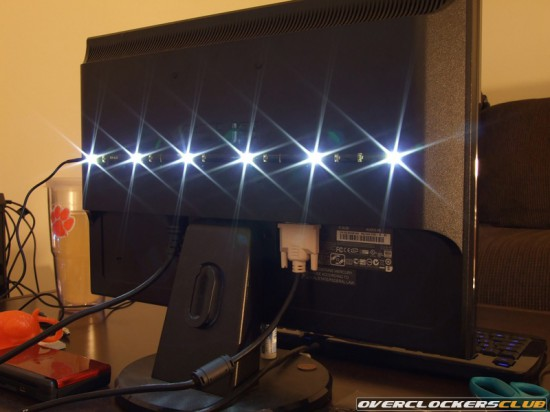 Набор подсветки Halo Bias Lighting, установленный за монитором