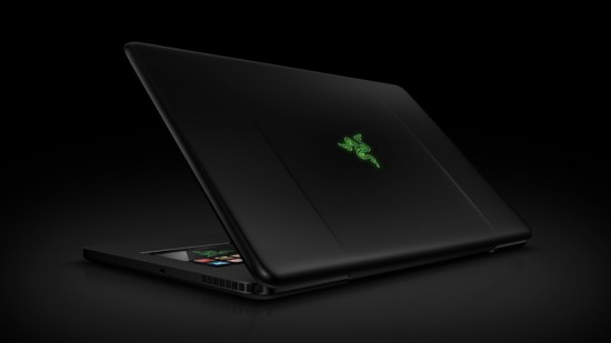 Вид сзади на геймерский ноутбук Blade