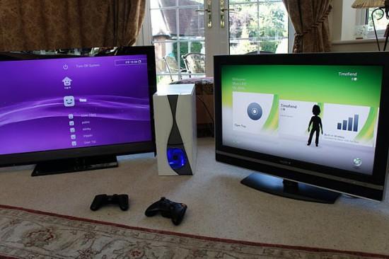 Две работающих игровых консоли расположились в одном компьютерном корпусе