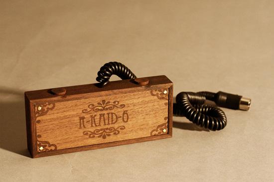 Вид снизу на деревянный контроллер