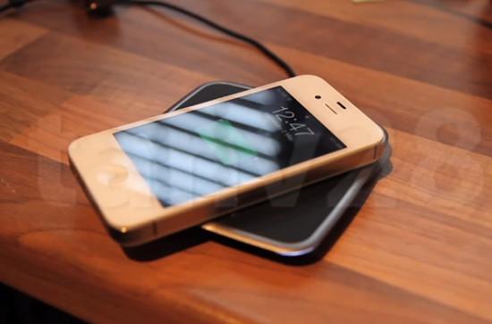 Беспроводная зарядка смартфона iPhone 4S в действии