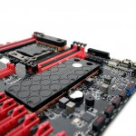 Вид вблизи на ватерблок для чипсета и коммутатора PCI-E
