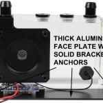 Алюминиевая передняя панель внушительной толщины с надежными креплениями