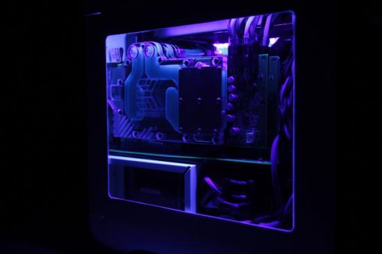 Вид слева на проект Unobtainable со включенной подсветкой