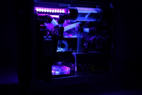 Вид справа на проект Unobtainable со включенной подсветкой