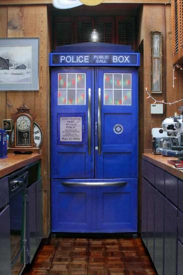 Холодильник, переделанный в TARDIS художницей Джой Алисса Дэй