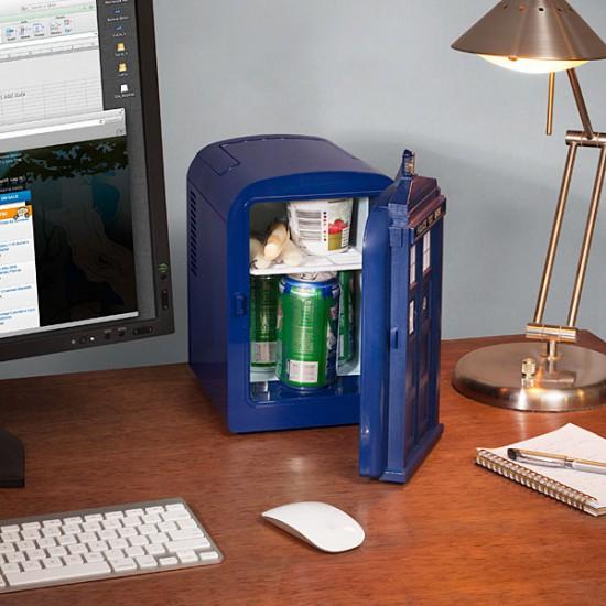 Мини-холодильник TARDIS на столе