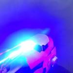 Вид на перчатку со включенным лазером в три четверти
