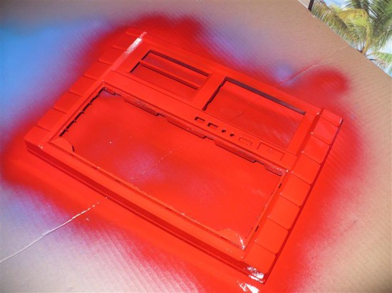 Передняя панель корпуса модифицирована и перекрашена в красный цвет