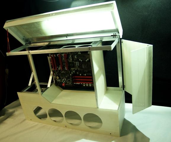Каркас с частью плексовых панелей и примерочной материнкой