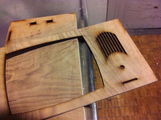 Передняя панель корпуса, вырезанная из дерева
