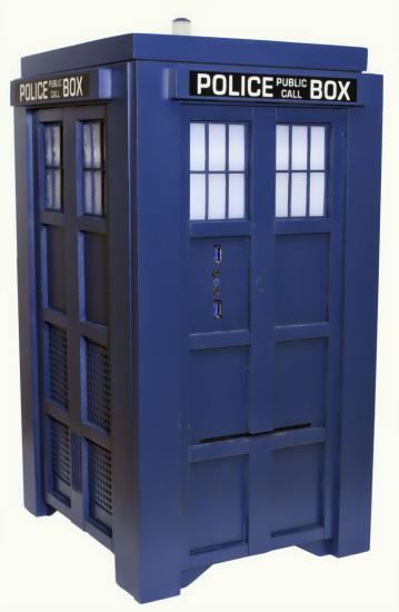 Общий вид на законченный моддинг проект TARDIS Gaming Computer