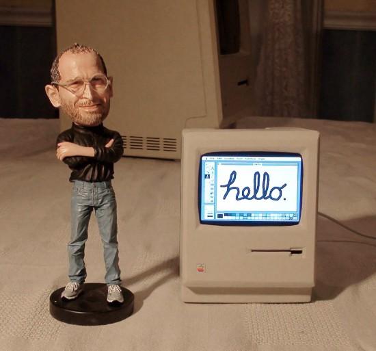 Миниатюрная копия Apple Macintosh рядом с фигуркой Стива Джобса