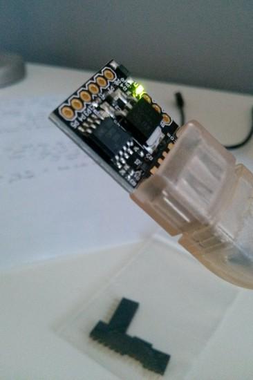 Микроконтроллер Digispark, вставленный в USB кабель
