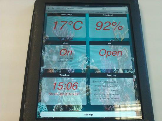 Вид вблизи на веб-интерфейс проекта, открытый на планшете iPad
