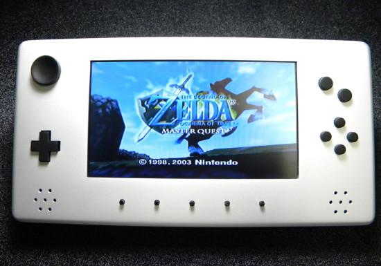 Вид спереди на мобильный вариант игровой косноли Nintendo 64