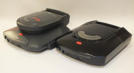 Модифицированная консоль Atari Jaguar справа от обычного варианта с приводом Jaguar CD