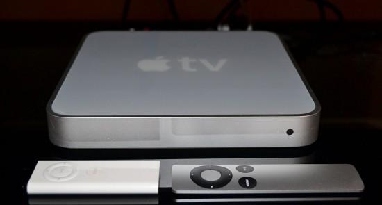 Общий вид ТВ-приставки Apple TV первого поколения с двумя вариантами пультов (старым и новым)