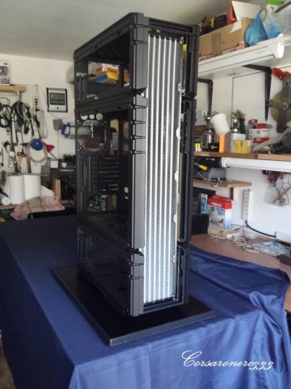 Шестисекционный радиатор Aquacomputer Airplex установлен в корпус