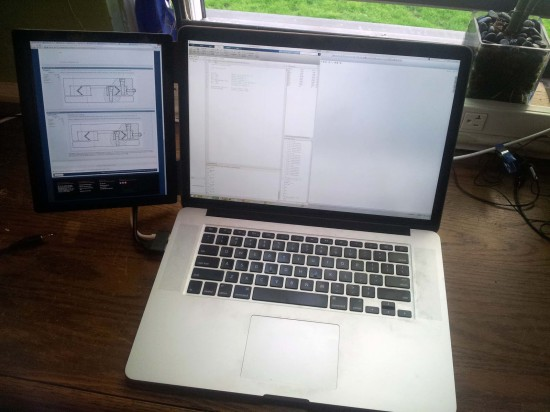 Общий вид самодельного монитора, зафиксированного на ноутбуке