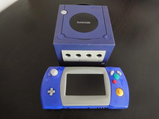 GC Lynx на фоне стационарной игровой консоли Nintendo GameCube