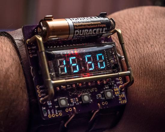 Вид включенных часов ChronodeVFD на руке